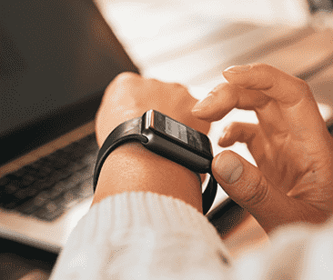 Person med smartwatch